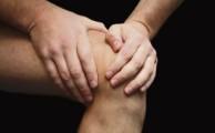 при болях в коленном суставе лучше всего обратиться к врачу