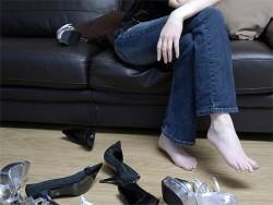 неудобная обувь способствует появлению боли в пятке