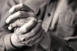 боли появляются в симметричных суставах пальцев