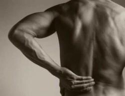 болезнь часто провоцируется травмой поясницы