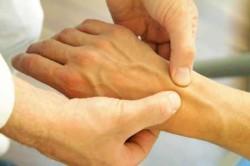 при заболевании может отмечаться периодически возникающая боль тянущего характера