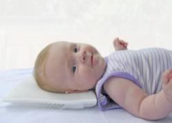 Малыш на ортопедической подушке
