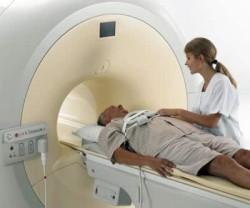 Мужчине проводят диагностику позвоночника