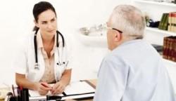 Врач ставит диагноз пациенту
