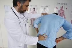Мужчина с больной спиной на приеме у врача