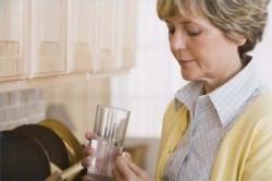 С осторожностью принимать таблетки пожилым людям