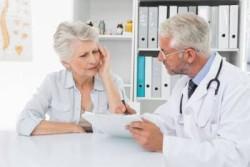 Недомогание, женщина жалуется доктору