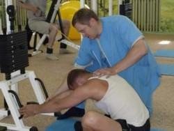 Занятие на тренажере с тренером