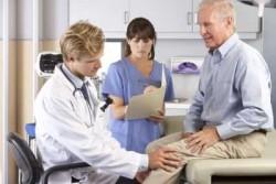 Врач говорит пациенту про лечение колена