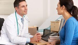 врач беседует с девушкой