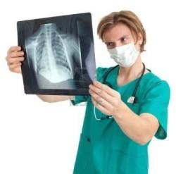 Врач просматривает рентгеновский снимок