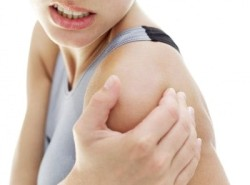 больно при прикосновении к суставу плеча