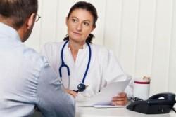 врач выслушивает жалобы пациента