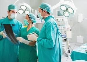 хирург с ассистентами