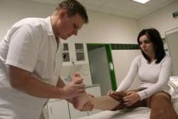 врач осматривает ногу пациентке