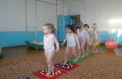 дети ходят по специальным коврикам