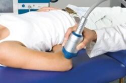 проводится физиотерапия на область локтя