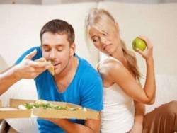 мужчины едят больше белковой пищи