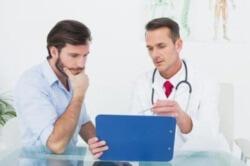 врач проводит консультацию