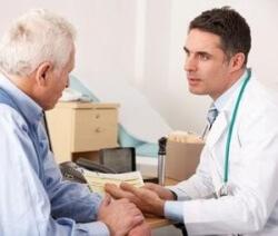 врач назначает лечение пациенту