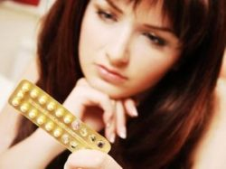 женщина держит пластину с таблетками