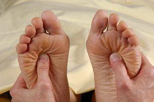 надавливание пальцами на стопу