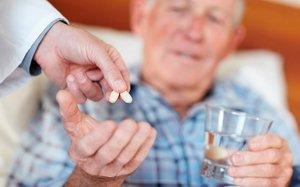 пациент принимает таблетки
