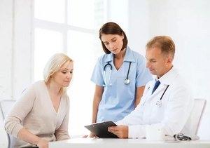врач с медсестрой и пациенткой
