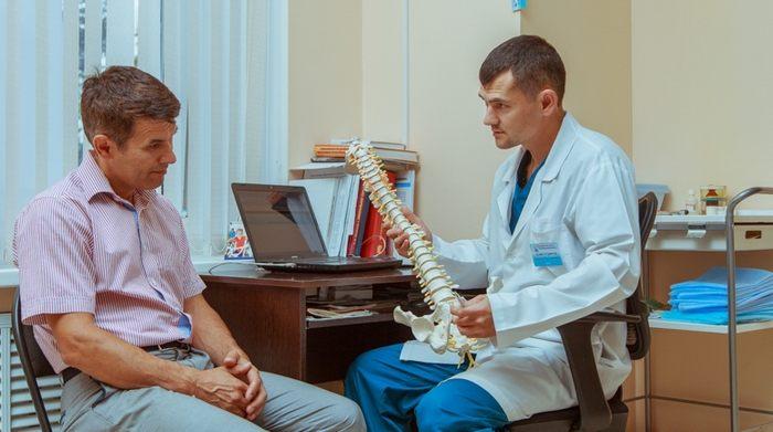 позвоночный столб в руках врача