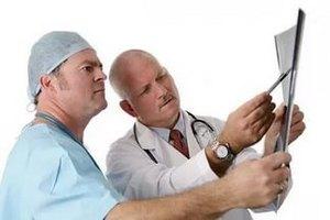 врачи рассматривают снимок