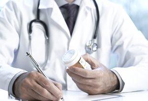 врач выписывает таблетки