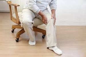 мужчина на стуле