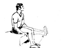 мужчина поднимает ноги