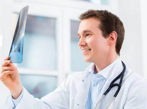 врач изучает снимок